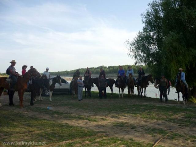 Участники конного похода к горе Большое Богдо