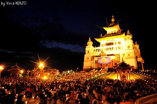 Церемония подношения светом Будде Шакьямуни